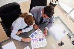 Au-dessus de la vue du conseiller analysant des données avec son client Photographie stock