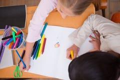 Au-dessus de la vue du dessin d'écolières Photo stock