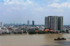 Au-dessus de la vue le fleuve Chao Phraya, construisant dans la ville Thaïlande de Bangkok Photo stock