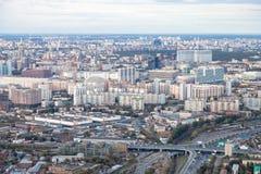 Au-dessus de la vue de au nord de la ville de Moscou dans le crépuscule photos stock