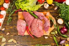 Au-dessus de la vue sur des coupes de viande avec des poivrons Photographie stock libre de droits