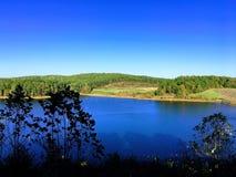 Au-dessus de regarder le lac Photos libres de droits