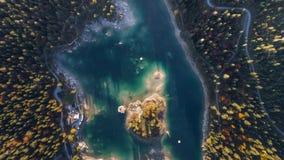Au-dessus de Sunny Autumn Forest Lake Mountains Caumasee Switzeland 4k aérien banque de vidéos