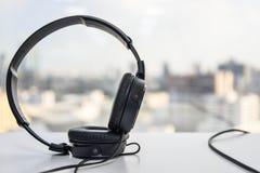 Au-dessus des écouteurs d'oreille Image libre de droits