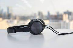 Au-dessus des écouteurs d'oreille Photos stock