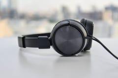 Au-dessus des écouteurs d'oreille Image stock