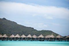 Au-dessus des carlingues de l'eau dans la lagune d'île de Bor Bora Images stock