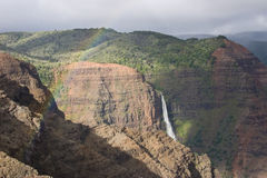 au-dessus des cascades à écriture ligne par ligne d'arc-en-ciel Photographie stock