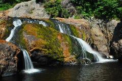au-dessus des cascades à écriture ligne par ligne de roches Photo libre de droits