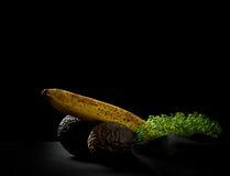 Au-dessus des fruits, de la banane, de l'avocat et du maracuja mûrs Images stock