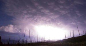 Au-dessus des grèves surprise d'orage de crique de tour Yellowstone NP images stock