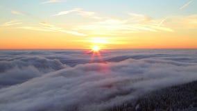 Au-dessus des nuages banque de vidéos