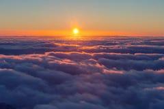 Au-dessus des nuages images stock