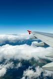 Au-dessus des nuages Aéronefs d'aile dans le ciel Photo libre de droits