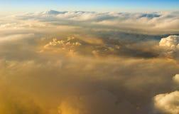 Au-dessus des nuages au lever de soleil de coucher du soleil Photo libre de droits