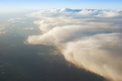 Au-dessus des nuages au lever de soleil de coucher du soleil Photographie stock