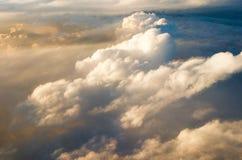 Au-dessus des nuages au lever de soleil de coucher du soleil Images libres de droits