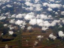 Au-dessus des nuages dans le ciel Vue de au-dessus des nuages vol Photographie stock libre de droits