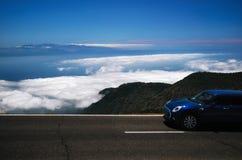 Au-dessus des nuages Promenade en voiture autour des Îles Canaries Images stock