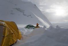 Au-dessus des nuages. Soirée dans le camp élevé d'alpinisme photo libre de droits