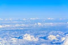 au-dessus des nuages volant haut Images stock