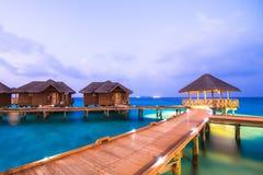 Au-dessus des pavillons de l'eau avec des étapes dans la lagune verte étonnante Photographie stock