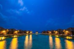 Au-dessus des pavillons de l'eau avec des étapes dans la lagune verte étonnante Photo libre de droits