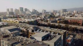 Au-dessus des petites rues et des dessus de toit en dehors de San Jose California banque de vidéos