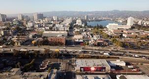Au-dessus des petites rues et des dessus de toit en dehors de San Jose California clips vidéos