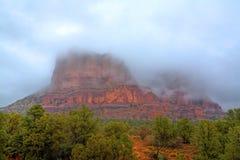 au-dessus des roches de rouge de pluie Photographie stock libre de droits