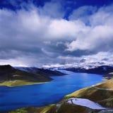 au-dessus des vents de ciel de lac de nuages images stock
