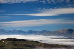 Au-dessus du brouillard Image stock