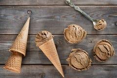 Au-dessus du cornet de crème glacée de brun de vue Photos stock