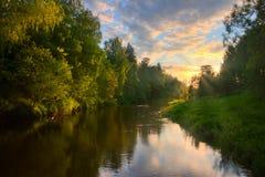 au-dessus du coucher du soleil d'été de fleuve Image libre de droits