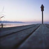 au-dessus du coucher du soleil d'étang photo libre de droits