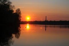 au-dessus du coucher du soleil de fleuve Image libre de droits