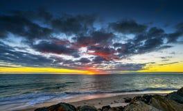 au-dessus du coucher du soleil de mer Long effet d'exposition Images libres de droits