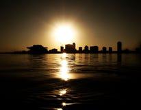 au-dessus du coucher du soleil de rue de Pétersbourg Photos stock