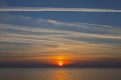 au-dessus du coucher du soleil de mer Image libre de droits