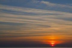 au-dessus du coucher du soleil de mer Photographie stock libre de droits