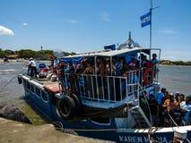 Au-dessus du ferry-boat transportant des passagers serré vers l'île d'Ometepe Photographie stock