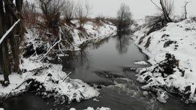 au-dessus du fleuve Nature pendant l'hiver, l'Europe Lissez la technique de mouche de retour banque de vidéos