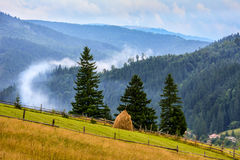Au-dessus du panorama brumeux de montagne de nuages Photos stock