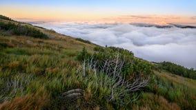 Au-dessus du panorama de montagne de nuages Photographie stock libre de droits