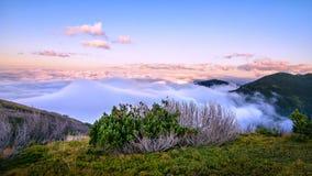 Au-dessus du panorama de montagne de nuages Photos libres de droits