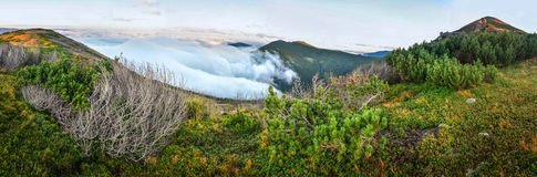 Au-dessus du panorama de montagne de nuages Images stock