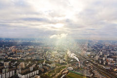 Au-dessus du paysage urbain de Moscou de vue et des nuages bleus Photographie stock libre de droits