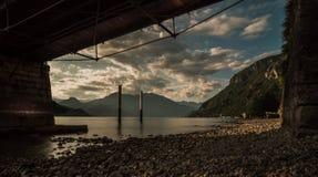 Au-dessus du pont au lac photographie stock libre de droits