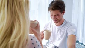 Au-dessus du tir d'épaule du café potable de matin de beaux couples dans la chambre légère clips vidéos