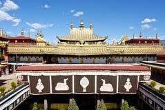 Au-dessus du toit de temple de Jokhang, Lhasa Thibet Image libre de droits